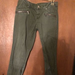 Olive jeggings, zipper pockets in front.